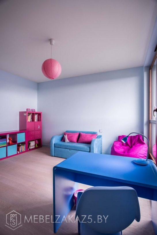 Яркий набор современной мебели в детскую комнату для девочки