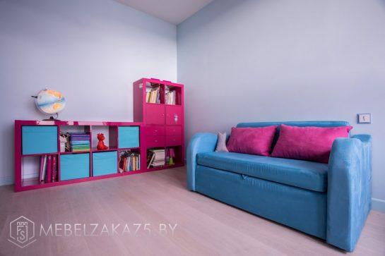 Небольшой стеллаж в детскую для девочки в ярких розовых и синих цветах