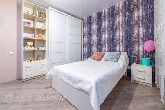 Современный шкаф-купе со стеллажом для детской комнаты