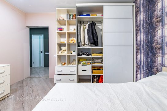 Современный набор мебели в детскую комнату