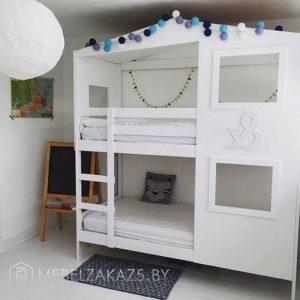 Белая двухъярусная кровать-домик