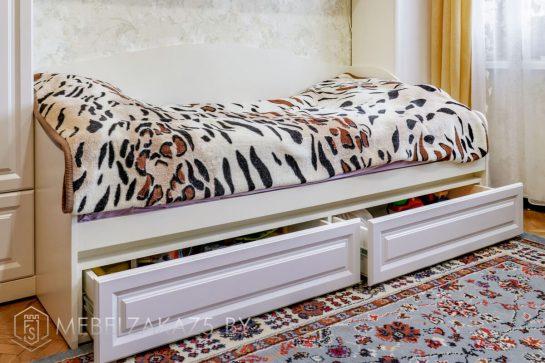 Классическая односпальная кровать с ящиками в детскую комнату