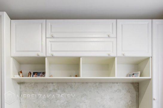 Классические навесные шкафчики полузакрытого типа в детскую