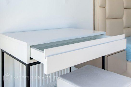 Минималистичный стол с выдвижным ящиком в спальню