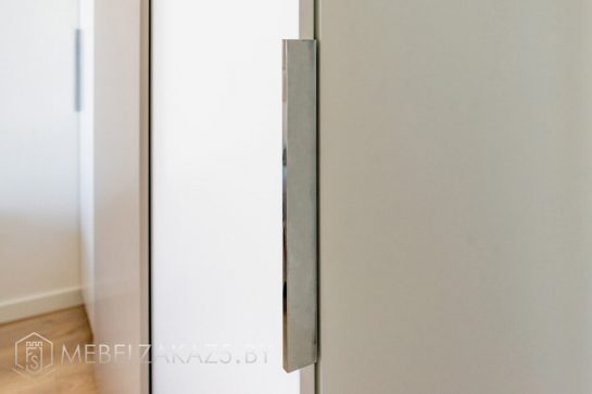 Шкаф-купе в стиле модерн с тремя дверьми в спальную комнату