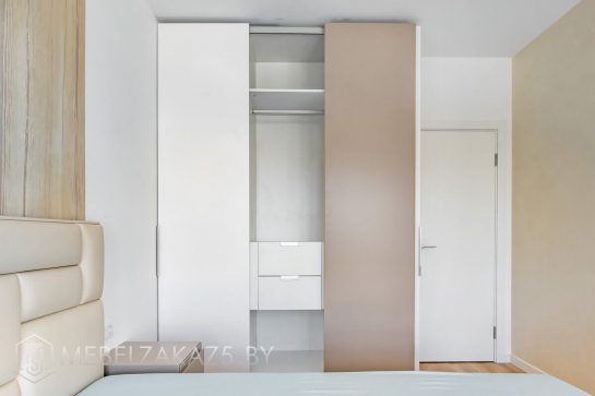 Трехдверный шкаф-купе модерн в спальню