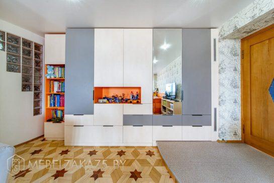 Ультрасовременный распашной шкаф в светлых тонах в детскую
