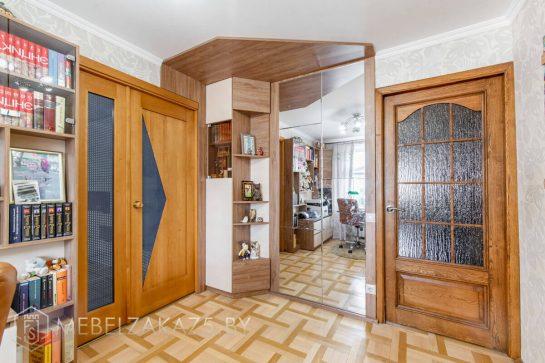 Современный шкаф-пенал с зеркалом в детскую комнату