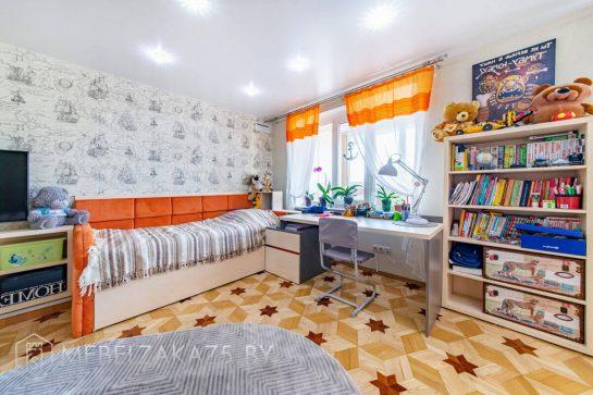 Рабочая зона с кроватью и стеллажом в современном стиле в детскую
