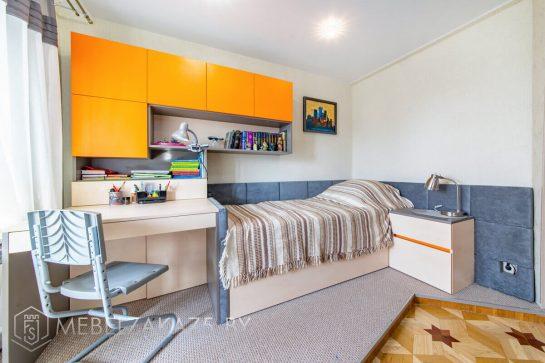 Кровать с ярким навесным шкафчиком и приставной тумбой в детскую