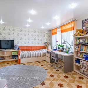открытый стеллаж с компьютерным столом и кроватью в детскую комнату