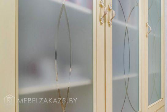 Стеллаж со стеклянными дверями в коридор