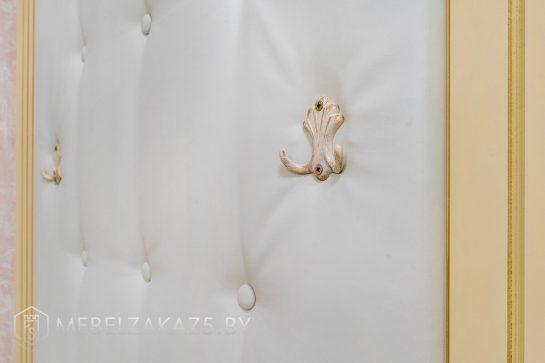 Классическая мебель в прихожую с вешалками для одежды