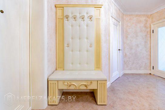 Классическая мебель в прихожую с вешалками для верхней одежды