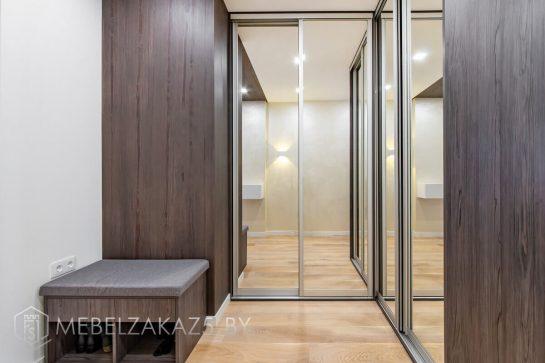 Угловой шкаф-купе в прихожую с зеркальными дверями модерн