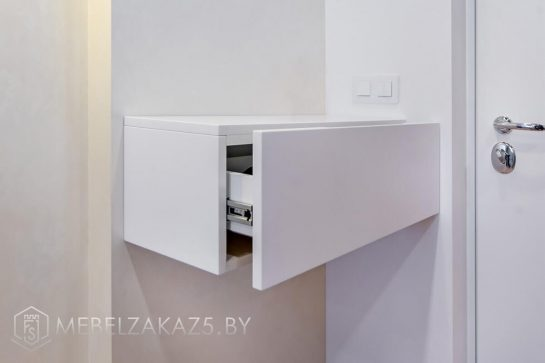 Подвесной шкафчик в прихожую в белом цвете