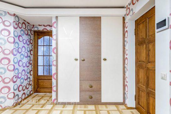 Встроенный бежево-коричневый шкаф в прихожую