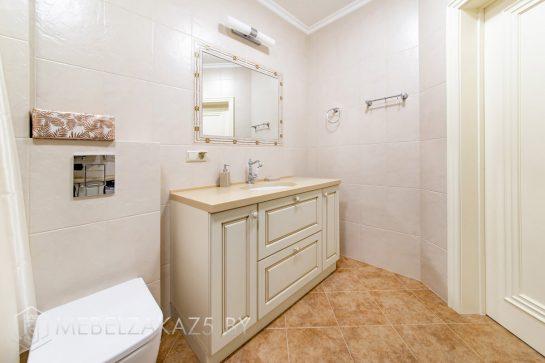 Набор бежевой мебели в ванную в классическом стиле