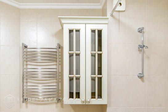 Навесной шкафчик в классическом стиле в ванную комнату