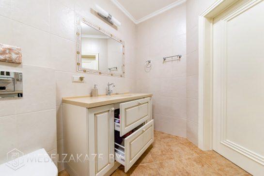 Классическая тумба под раковину в ванную с бежевой столешницей