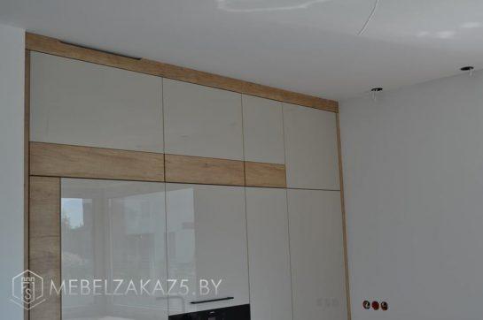 П-образная кухня со шкафами под потолок