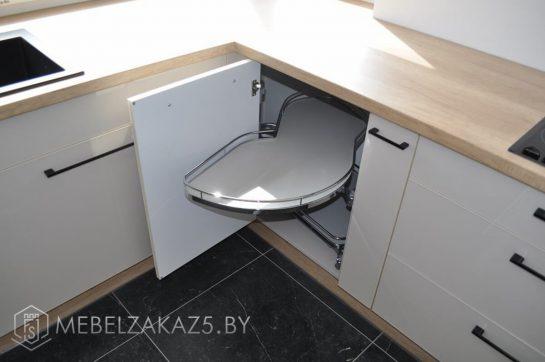 П-образная кухня светлая