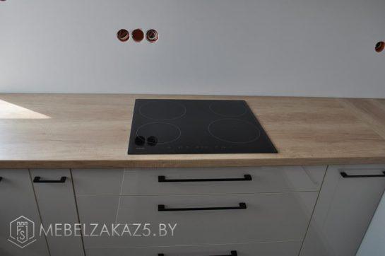 П-образная кухня со встроенной плитой