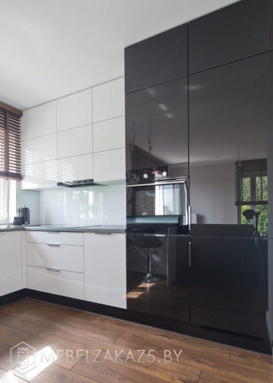 Черно-белая п-образная кухня из акрила