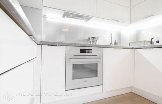 П-образная кухня из акрила белого цвета