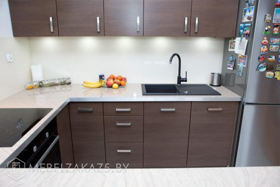 П-образная кухня из ЛДСП цвета венге с подсветкой