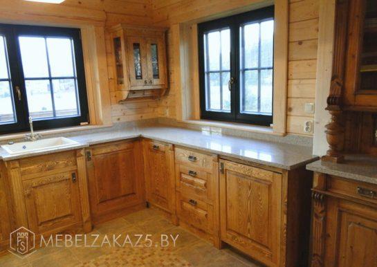 П-образная кухня из массива дерева в классическом стиле