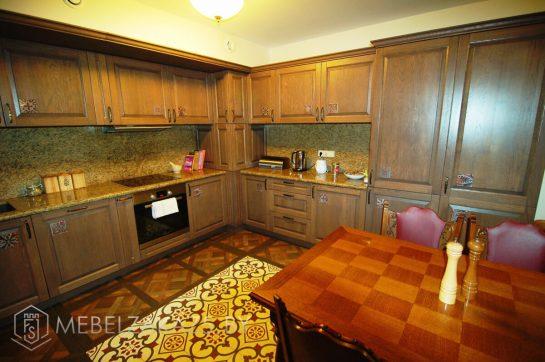 П-образная кухня больших размеров из дерева