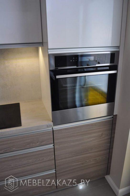 Прямая акриловая кухня со встроенной техникой