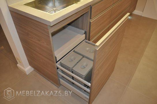Прямая кухня из ЛДСП с выдвижными ящиками