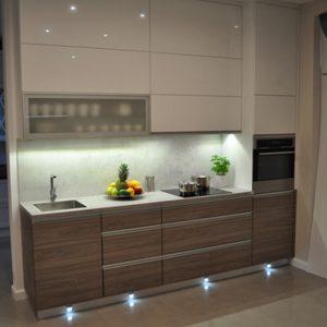 Светлая прямая кухня маленького размера из ЛДСП