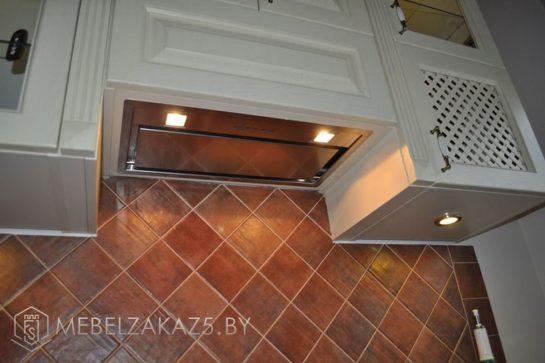 Прямая кухня классическая из массива с подсветкой