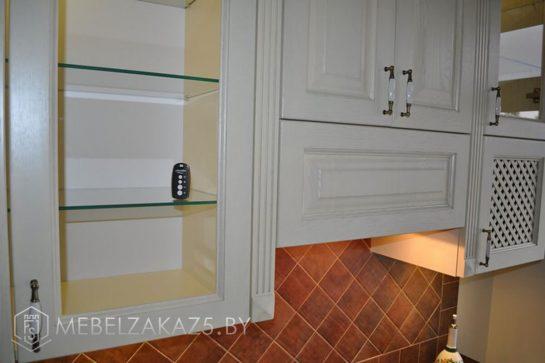 Прямая кухня в классическом стиле из дерева