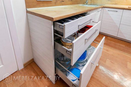 Угловая скандинавская кухня с фурнитурой фирмакс