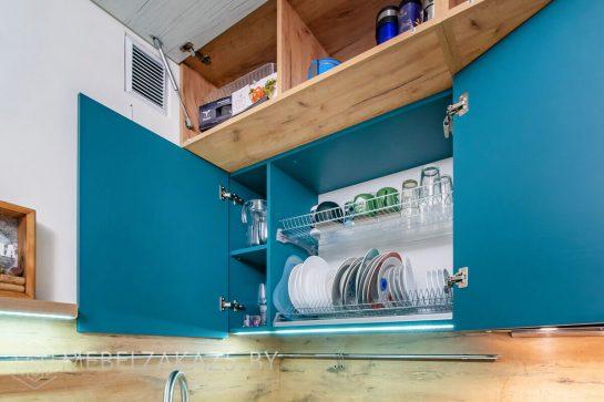 Двухцветная угловая кухня в скандинавском стиле