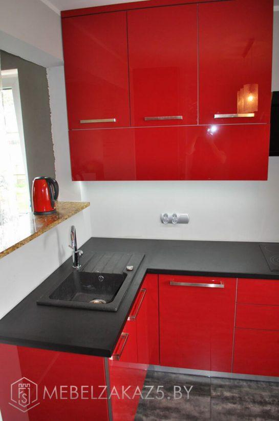 Угловая кухня красно-черная из акрила