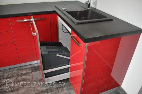 Угловая кухня из акрилового пластика с черной столешницей