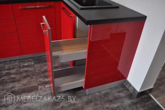 Яркая угловая кухня из акрилового пластика