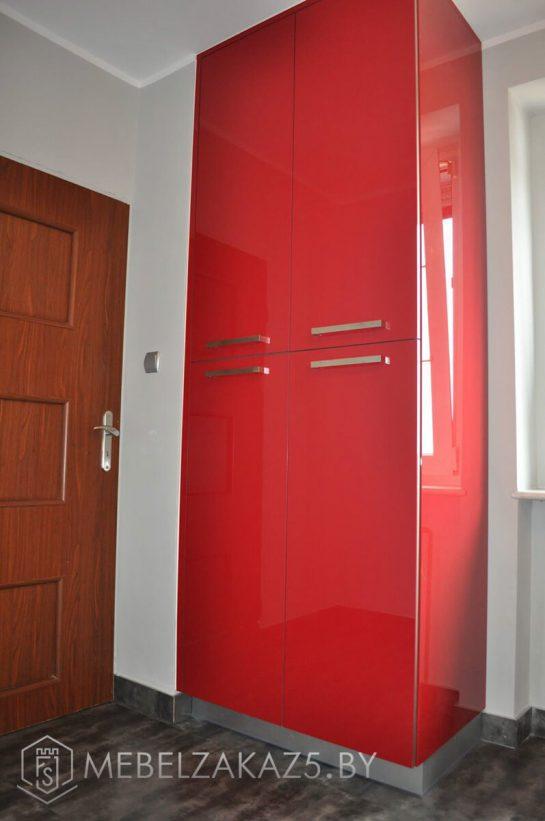 Угловая кухня из акрила с красными шкафчиками