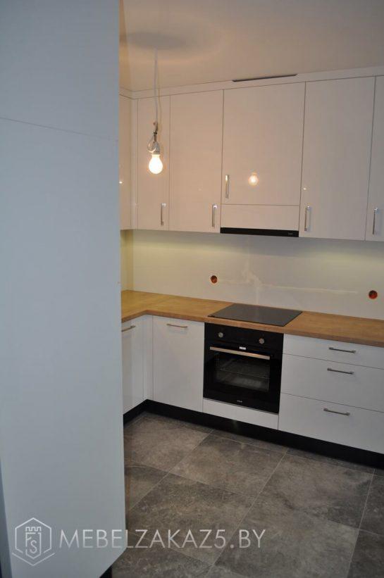 Глянцевая угловая кухня из акрила в современном стиле