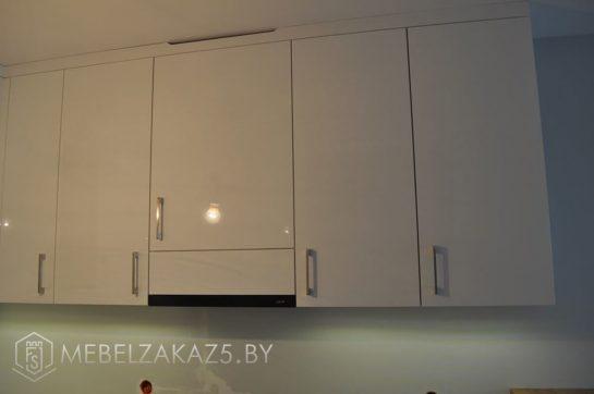 Угловая кухня с навесными шкафчиками из акрила