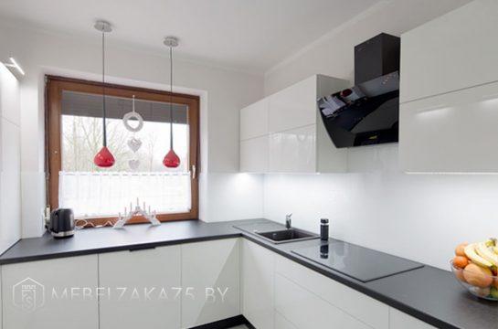 Угловая кухня из акрила с глянцевыми фасадами