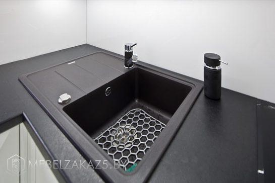 Угловая кухня из акрила с черной столешницей