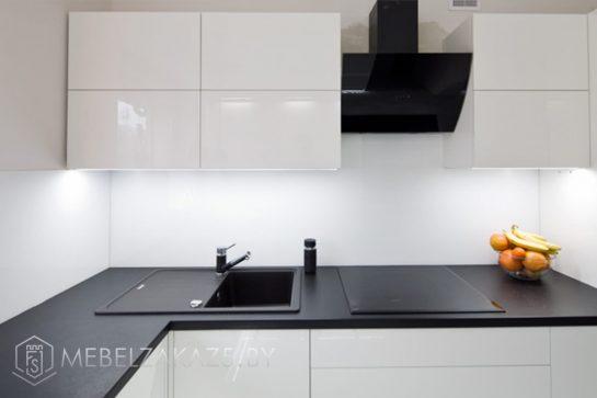 Акриловая угловая кухня с глянцевыми фасадами