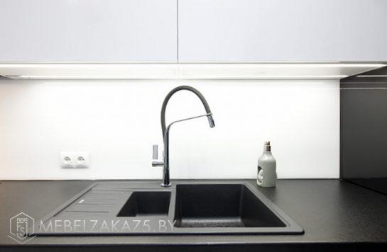 Угловая кухня из акрила черно белая в стиле хай тек