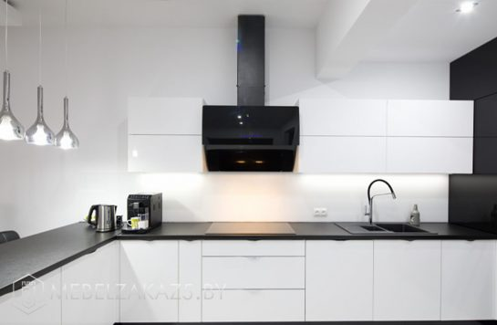 Угловая кухня из акрила черно-белая
